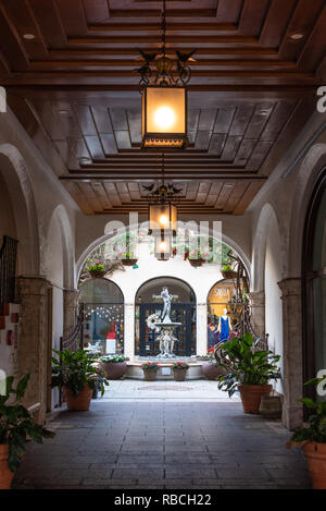 Alcove at Via Amore along Worth Avenue, Palm Beach, Florida's world-famous luxury shopping district. (USA) - Stock Photo