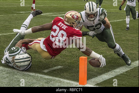 Santa Clara, California, USA. 11th Dec, 2016. San Francisco 49ers running back Carlos Hyde (28) stretches for touchdown in first quarter on Sunday, December 11, 2016, at Levis Stadium in Santa Clara, California. The Jets defeated the 49ers in overtime 23-17. Credit: Al Golub/ZUMA Wire/Alamy Live News - Stock Photo