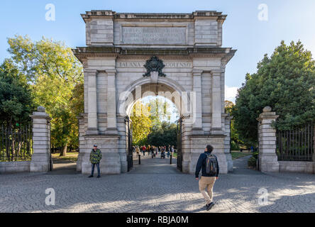 Fusiller's Arch and the grounds on St. Stephen's Green in Dublin, Ireland. - Stock Photo