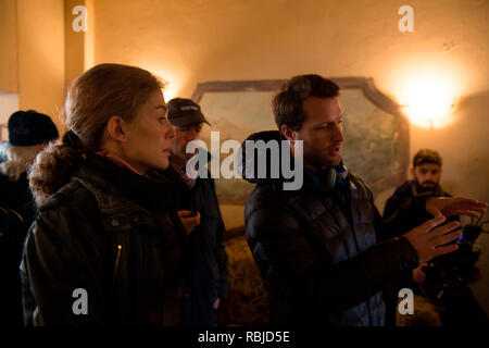 Prod DB © Acacia Filmed Entertainment - Thunder Road Pictures / DR A PRIVATE WAR de Matthew Heineman 2018 USA/GB Rosamund Pike Matthew Heineman sur le tournage on set; tournage - Stock Photo