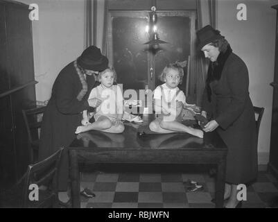 Children in the 1930s. Two small girls are being dropped off for dancing lessons by their mothers They don't seem too keen to change and dress for the occation. Photo Kristoffersson Ref 13-6. Sweden 1939 - Stock Photo