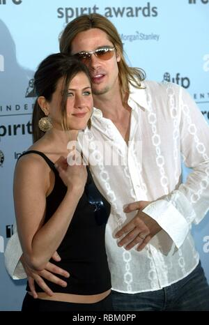 Santa Monica, California. 22nd Mar, 2003. (dpa) - US actor Brad Pitt ('Ocean's Eleven', 'The Mexican', 'Fight Club', 'Seven') poses at the Independent Spirit Awards with his wife US actress Jennifer Aniston ('Friends') in Santa Monica, California, 22 March 2003. | usage worldwide Credit: dpa/Alamy Live News - Stock Photo