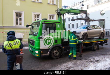 Moscow, Russia. 11th Jan, 2019. MOSCOW, RUSSIA - JANUARY 11, 2019: A car illegally parked in central Moscow being towed away. Marina Lystseva/TASS Credit: ITAR-TASS News Agency/Alamy Live News - Stock Photo