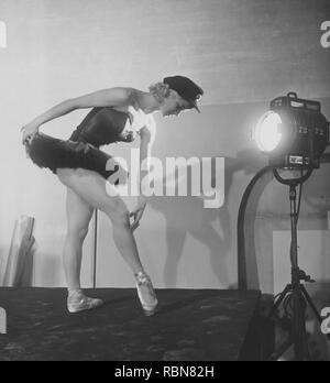 Ballet dancer in the 1950s. A young woman in her stage costume is standing  with a spotlight directed at her body. Her name is Elsa-Marianne von Rosen, swedish ballet dancer and actress. Sweden 1950s.  Photo Kristoffersson ref BA47-12 - Stock Photo