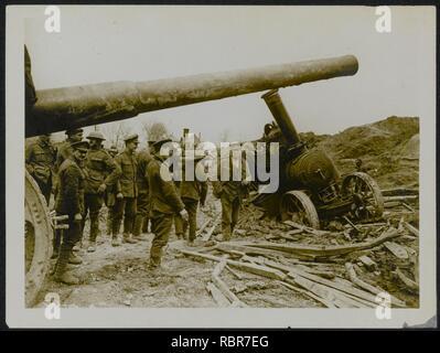 A big gun whose tractor has got in slight difficulty, Bestanddeelnr 158-0120. - Stock Photo