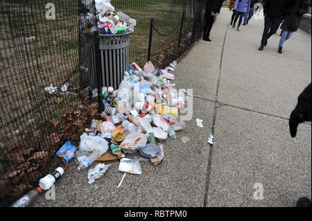 Washington, District Columbia, USA. 2nd Jan, 2019. Trash lies uncollected on the National Mall in Washington DC on the 12th day of the partial government shutdown Jan. 2, 2019. Credit: Hiroko Tanaka/ZUMA Wire/Alamy Live News - Stock Photo