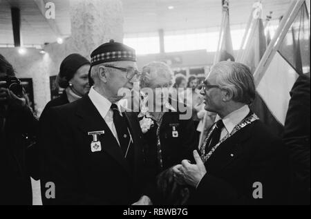 Aankomst Canadezen veteranen op Schiphol ivm bevrijdingsfeest burgemeester Pola, Bestanddeelnr 930-8113. - Stock Photo