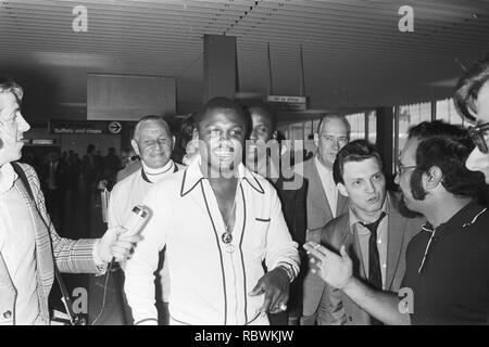 Aankomst van Joe Frazier op Schiphol, Bestanddeelnr 924-5567. - Stock Photo