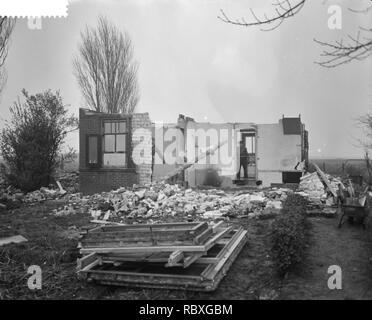 Afbraak dorp Rijk in de Haarlemmermeer ivm startbaan voor straalvliegtuigen, Bestanddeelnr 910-8789. - Stock Photo