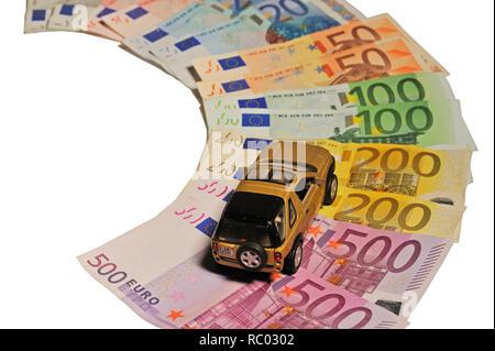 Geldscheine mit einem Auto | Banknotes with a car - Stock Photo