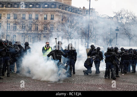 Paris, France. 12th Jan, 2019. Demonstration of yellow vests, they face the riot police on January 12, 2019 at the Place Charles de Gaulle in Paris, France. Credit: Bernard Menigault/Alamy Live News - Stock Photo