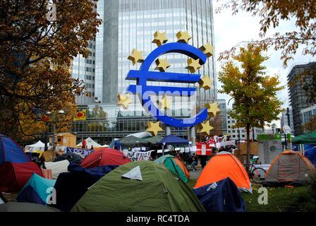 Campamento de indignados en el centro financiero de la ciudad, delante de la sede del Banco Europeo Central. Frankfurt. Alemania. 2011. Occupy Frankfurt camp outside the European Central Bank, Germany. - Stock Photo