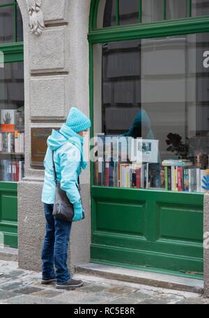 Frau sieht sich Bücher an - Stock Photo