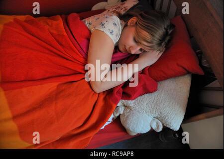 jugendliches Mädchen schläft in ihrem Zimmer | young female teenager sleeping in her bed - Stock Photo