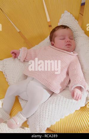 neugeborenes Baby liegt auf einem Kissen, das Kind ist 12 Tage alt | new born baby lying on a cushion - the baby ist 12 days old.