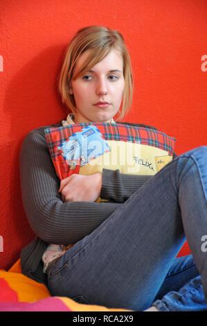 jugendliches Mädchen verträumt in ihrem Zimmer | young female teenager in a dreamy mood in her room - Stock Photo