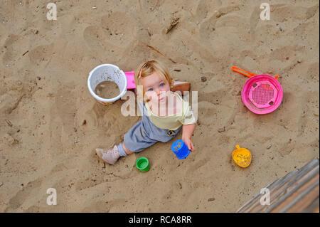 kleines Kind, Mädchen, 2 Jahre alt, auf dem Spielplatz | little child, 2 years old, on a playground - Stock Photo