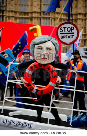 London, UK. 15th January, 2019. Crowds start together at outside Parliament before tonights Brexit Vote.   Supporters of both leave and remain have gathered .  London, Great Britain, 15 Jan 2019  Credit: David Nash/Alamy Live News - Stock Photo