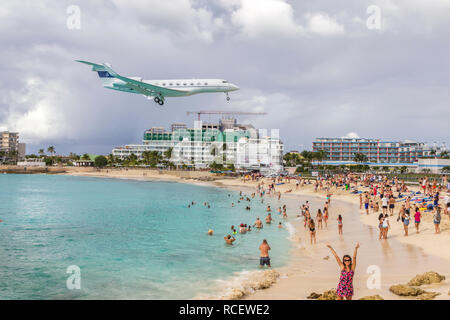 N836MF, Gulfstream G-IV, Private Jet flying in low over Moho bay into Princess Juliana airport in St Marten. - Stock Photo