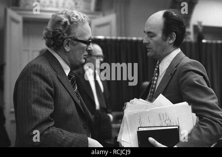 Algemene beschouwingen Tweede Kamer minister Van Kemenade en Aantjes (rechts), Bestanddeelnr 928-1973. - Stock Photo