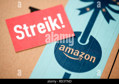 Strike sign on Amazon package, Streik-Schild auf Amazon-Paket - Stock Photo