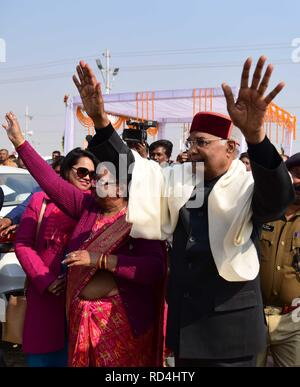 Allahabad, Uttar Pradesh, India. 17th Jan, 2019. Allahabad: President Ram Nath Kovind along with his family wave people at Sangam as they arrived to perform Ganga Pujan in Allahabad on 17-01-2019. Credit: Prabhat Kumar Verma/ZUMA Wire/Alamy Live News
