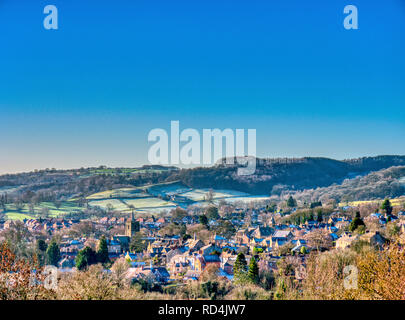 Wirksworth, Derbyshire, Peak District National Park, UK. 17th January, 2019. UK Weather: cold bright blue skies & dusting of snow on the roof tops over Wirksworth in the Derbyshire Dales, Peak District National Park Credit: Doug Blane/Alamy Live News  - Stock Photo