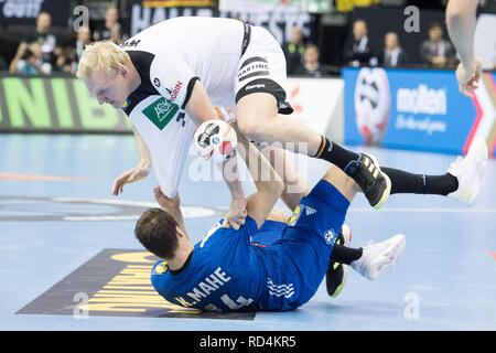 Berlin, Deutschland. 15th Jan, 2019. Patrick WIENCECK (GER) in the fight for the ball with Kentin MAHE (FRA), action, preliminary round Group A, Germany (GER) - France (FRA) 25:25, 15.01.2019 in Berlin/Germany. Handball World Cup 2019, from 10.01. - 27.01.2019 in Germany and Denmark.   Usage worldwide Credit: dpa/Alamy Live News - Stock Photo