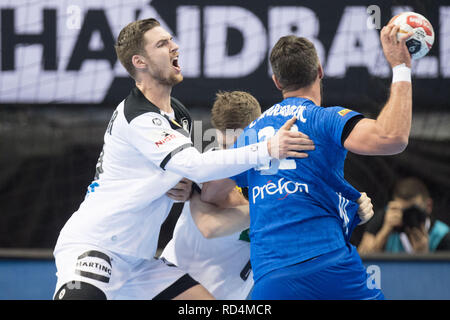 Berlin, Deutschland. 15th Jan, 2019. Hendrik PEKELER (left, GER) versus Luka KARABATIC (FRA), action, duels, preliminary round Group A, Germany (GER) - France (FRA) 25:25, 15.01.2019 in Berlin/Germany. Handball World Cup 2019, from 10.01. - 27.01.2019 in Germany and Denmark. | Usage worldwide Credit: dpa/Alamy Live News - Stock Photo