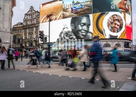 Fussgänger am Piccadilly Circus, London, Vereinigtes Königreich Großbritannien, Europa |  pedestrian crossing, Piccadilly Circus, London, United Kingd - Stock Photo