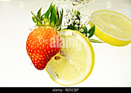 Ferschiedene Früchte im Wasser, Wassertropfen - Stock Photo