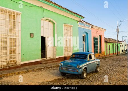Oldtimer in front of Colorful colonial houses, Trinidad, Unesco World Heritage Site, Sancti Spiritus Province, Cuba - Stock Photo