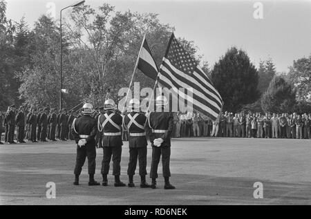 Amerik. vlag wordt gehesen vliegbasis Woensdrecht installatie eerste Amerik. mil, Bestanddeelnr 933-7766. - Stock Photo