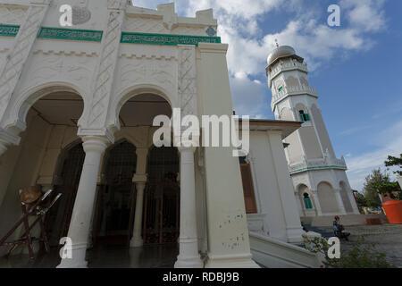 MASJID BAITURRAHIM ULEE LHEUE MEURAXA Masjid Baiturrahim, terletak di Ulee Lheue, Kecamatan Meuraxa, Banda Aceh. Masjid ini dibangun oleh Teuku Teungo - Stock Photo