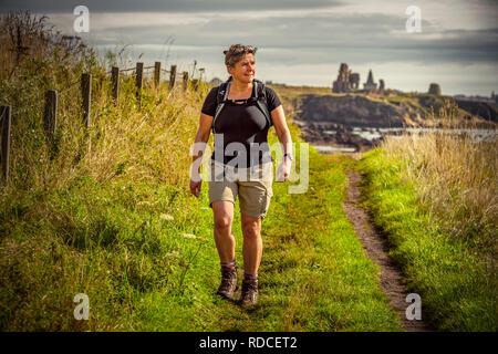 Europa, Großbritannien, Schottland, Küste, Küstenwanderweg, Fife Coastal Path, St. Monans, Frau, wandern - Stock Photo