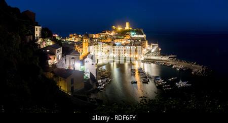 Dämmerung über dem Hafen von Vernazza, Cinque Terre, Liguria, Italien - Stock Photo