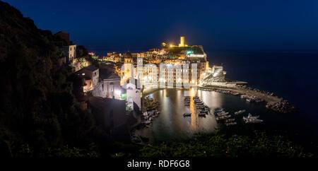 Nacht über dem Hafen von Vernazza, Cinque Terre, Liguria, Italien - Stock Photo