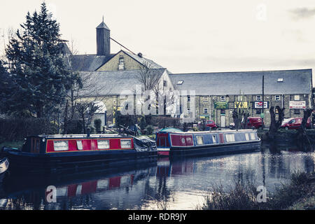 Canal boats on the River Stort in Sawbridgeworth in front of old maltings buildings. - Stock Photo
