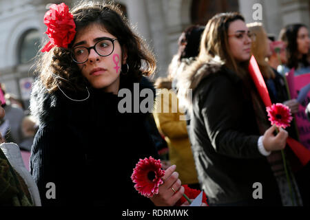 Rome, Italy. 19th Jan, 2019. Flowers and symbols Rome January 19th 2019. Women's March Rome, march of solidarity for the civil rights and civil rights for women, organized by the American community of Rome, simultaneously with the women's march that take place worldwide on January 19th. Foto Samantha Zucchi Insidefoto Credit: insidefoto srl/Alamy Live News - Stock Photo