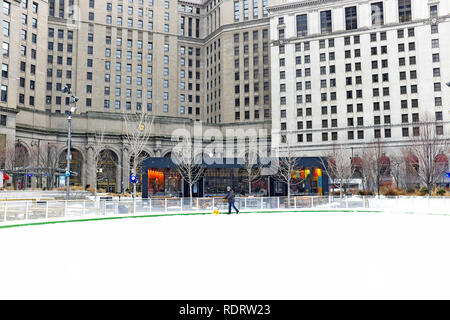 Cleveland, Ohio, USA.  19th Jan, 2019.  Cold weather blasts Public Square in downtown Cleveland, Ohio, USA.  The cold weather is a prelude to forecasts for an extreme blizzard to blanket the area Saturday afternoon.  Credit: Mark Kanning/Alamy Live News. - Stock Photo