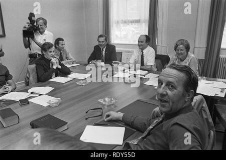 ARP-fractie vergadert ivm kabinetscrisis Premier Barend Biesheuvel (links) e, Bestanddeelnr 925-7497. - Stock Photo
