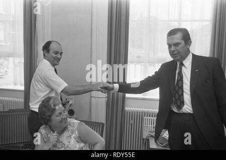 ARP-fractie vergadert ivm kabinetscrisis Premier Barend Biesheuvel (rechts) , Bestanddeelnr 925-7496. - Stock Photo