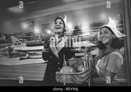 Artiesten arriveren op Schiphol ivm optreden voor Unicef Frida Boccara met ka, Bestanddeelnr 926-0981. - Stock Photo