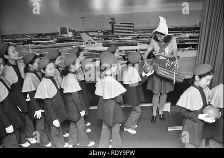 Artiesten arriveren op Schiphol ivm optreden voor Unicef Little Angels of Cor, Bestanddeelnr 926-0988. - Stock Photo