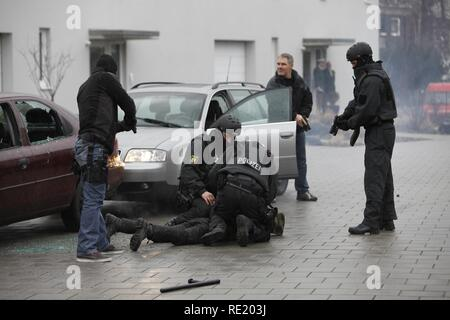 Police special task forces, SEC, during a practical rehearsal, capturing 2 perpetrators in a car, Duesseldorf - Stock Photo