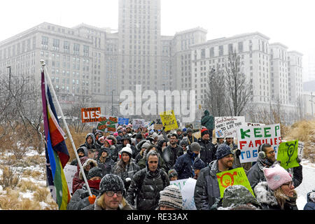 Cleveland, Ohio, USA, 19th January, 2019.  Crowds make their way through Public Square in downtown Cleveland as part of the 2019 Women's March and Rally.  Participants braved the cold and severe winter weather as they marched through the city and held a rally in the main square.  Credit: Mark Kanning/Alamy Live News. - Stock Photo