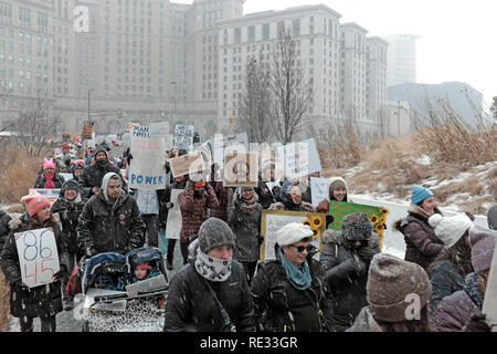 Cleveland, Ohio, USA, 19th January, 2019.  Supporters of women's rights make their way through Public Square in downtown Cleveland as part of the 2019 Women's March and Rally.  The bundled up participants braved the onslaught of Winter Storm Harper, the first major snow storm of the season.  Credit: Mark Kanning/Alamy Live News. - Stock Photo