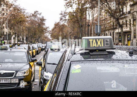 Barcelona, Catalonia, Spain. 20th Jan, 2019. A group of taxis are seen parked at the Gran VÃ-a de Barcelona during the taxi strike.The taxi drivers strike begins its third day after yesterday's disagreement between the taxi unions and the Generalitat of Catalunya, The pre-reservation time of the VTC services (Uber and Cabify), which the Government wants to fix in 15 minutes and the unions in 12 hours, is the main reason for the disagreement. Credit: Paco Freire/SOPA Images/ZUMA Wire/Alamy Live News - Stock Photo