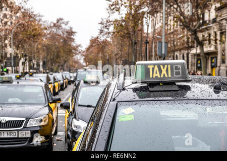 Barcelona, Spain. 20th Jan, 2019. A group of taxis are seen parked at the Gran Vía de Barcelona during the taxi strike. The taxi drivers strike begins its third day after yesterday's disagreement between the taxi unions and the Generalitat of Catalunya, The pre-reservation time of the VTC services (Uber and Cabify), which the Government wants to fix in 15 minutes and the unions in 12 hours, is the main reason for the disagreement. Credit: SOPA Images Limited/Alamy Live News - Stock Photo