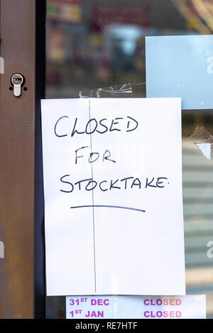 Hand written closed for stocktake sign in shop window - Stock Photo